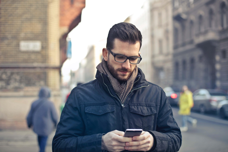 man-smartphone
